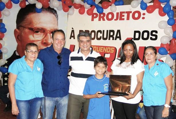 Aluno da Escola Estadual Leme do Prado, Adriano Conceição de Macedo, de 11 anos, que ganhou como prêmio da sua boa ação praticada, um notebook