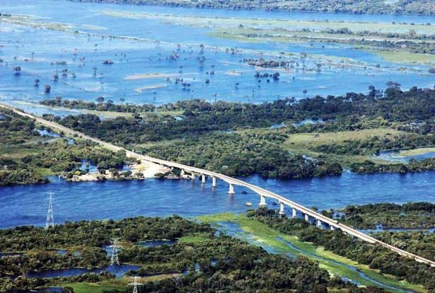 Recuperação da ponte e reconstrução de dolfin foram tratados pelo prefeito na Capital, hoje (Foto: Silvio Andrade)