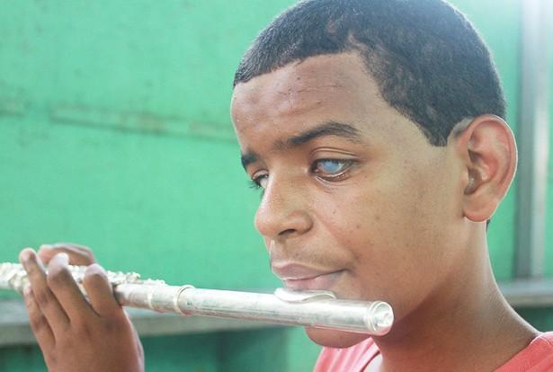 Robinho está apenas há 6 meses na Academia de Música e já toca de composições clássicas a populares em flauta transversal (Foto: Clóvis Neto)