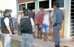 Policias averiguando suspeitos em frente a Delegacia de Ladário