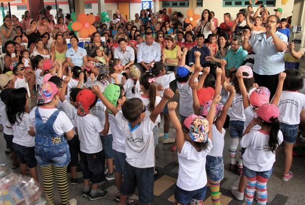 Entrega dos kits foi feita com uma grande festa na Hélia Reis (Foto: Kleverton Velasques)