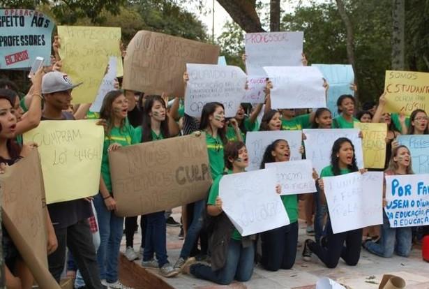 Estudantes disseram que a manifestação não tem apoio de entidades ou políticos (Foto: Simão Nogueira)
