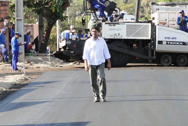 Roberto Guimarães vistoria a pavimentação da rua Pedro Felicidade, no conjunto da SEAC (Foto: Domingos/Pérola News)