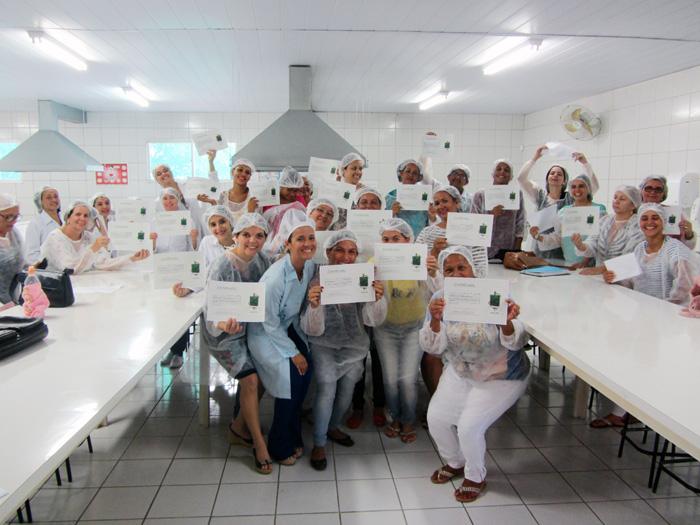 Ladário: Curso capacita comerciantes para trabalhar na Praça de Alimentação