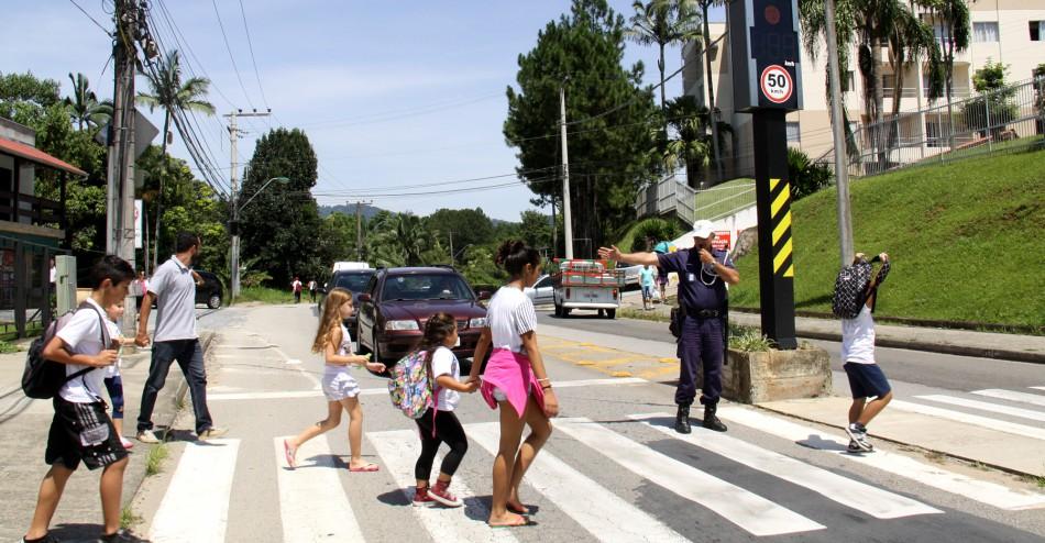 Com volta às aulas, campanha orienta motoristas em frente as escolas em Ladário